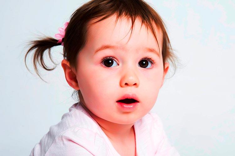Comment porter bébé pour le rot ?