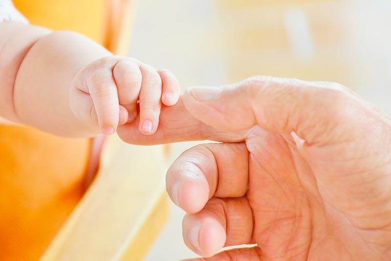 bébé développe sa motricité fine